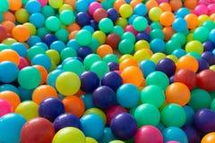 使用在操场屋子里的孩子的五颜六色的塑料球 库存照片