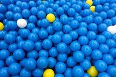 使用在操场屋子里的孩子的五颜六色的塑料球 免版税库存图片