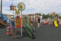 使用在操场的孩子在索契奥林匹克公园 免版税库存图片