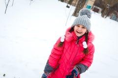 使用在操场的愉快的女孩冬天冷淡的天 图库摄影