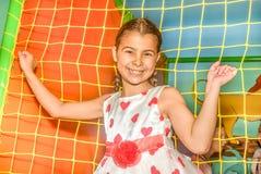 使用在操场的愉快的小女孩 免版税库存照片