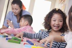 使用在教室的孩子 免版税库存图片