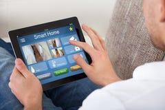 使用在数字式片剂的人家庭控制系统 免版税库存图片
