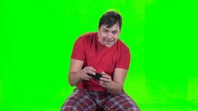 使用在新的电子游戏的gamepad的滑稽的人 股票视频