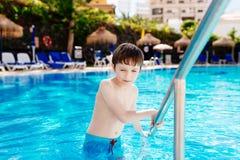 使用在旅馆水池的愉快的孩子 免版税库存照片