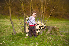 使用在日志附近的小男孩 免版税库存照片