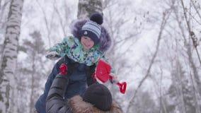 使用在有他的年轻儿子的公园的年轻父亲 扔在他的头上的婴孩上流 在新鲜空气的活跃的游戏 股票视频