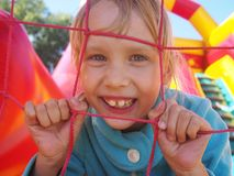 使用在有弹性的城堡的小女孩 库存照片
