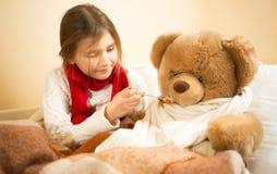 使用在有玩具熊的医院的逗人喜爱的女孩 库存图片