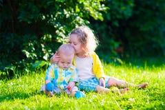 使用在有玩具球的庭院里的愉快的孩子 免版税库存图片