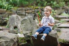 使用在有风车轮转焰火的公园的小男孩 免版税库存照片