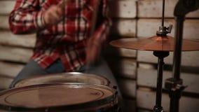 使用在有鼓槌的鼓的传神鼓手 股票视频