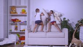 使用在有pilows的长沙发的孩子 股票视频