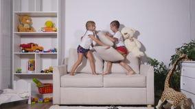 使用在有pilows的长沙发的孩子 股票录像