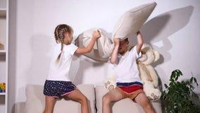 使用在有pilows的长沙发,慢动作的孩子 影视素材