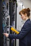 使用在服务器上的技术员数字式缆绳分析仪 免版税图库摄影