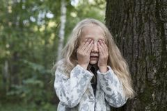 使用在木头的可爱的小女孩 免版税库存图片