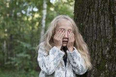 使用在木头的可爱的小女孩 图库摄影