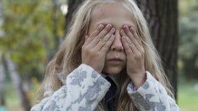 使用在木头的可爱的小女孩 免版税库存照片
