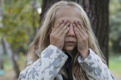 使用在木头的可爱的小女孩 库存图片