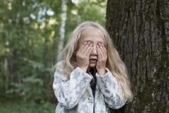 使用在木头的可爱的小女孩 免版税图库摄影