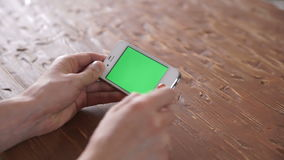 使用在木桌各种各样的手势的巧妙的电话,垂直 股票录像