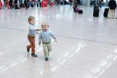 使用在机场的两个小小孩男孩 库存照片