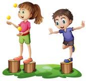 使用在树桩上的孩子 免版税库存照片