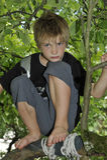 使用在树的哀伤的男孩 库存图片