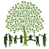 使用在树附近的孩子 免版税库存图片