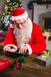 使用在桌上的圣诞老人数字式片剂 免版税库存图片