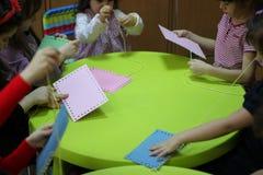 使用在桌上的孩子 库存照片
