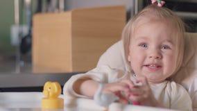 使用在桌上的小女孩 股票视频
