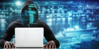 使用在桌上的男性黑客的综合图象膝上型计算机 免版税库存照片