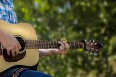使用在森林的吉他 免版税库存图片