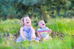 使用在森林里的笑的孩子 免版税库存图片