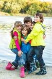 使用在池塘旁边的孩子 免版税库存照片