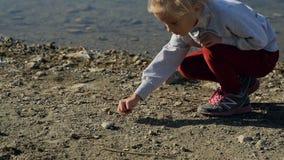 使用在池塘附近的一个美妙的小女孩 股票录像
