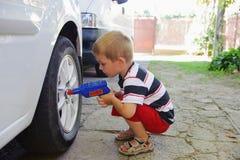 使用在汽车机械师的Lillte子项 免版税库存图片