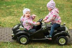 使用在汽车的小女婴 免版税图库摄影