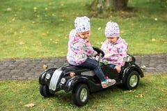 使用在汽车的小女婴 免版税库存照片