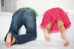 使用在沙发的两个孩子背面图  免版税图库摄影