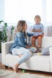 使用在沙发的母亲和儿子 免版税图库摄影