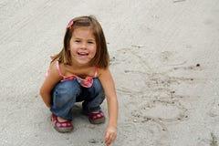 使用在沙子的女孩 免版税图库摄影