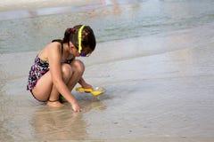 使用在沙子的孩子。 免版税图库摄影