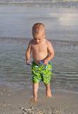 使用在沙子的孩子。 图库摄影