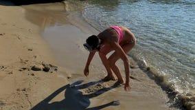 使用在沙子的小女孩由海 影视素材