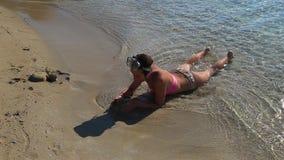 使用在沙子的小女孩由海 股票视频