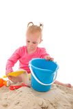 使用在沙子的小小孩 免版税库存图片