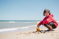 使用在沙子的男孩 免版税库存照片